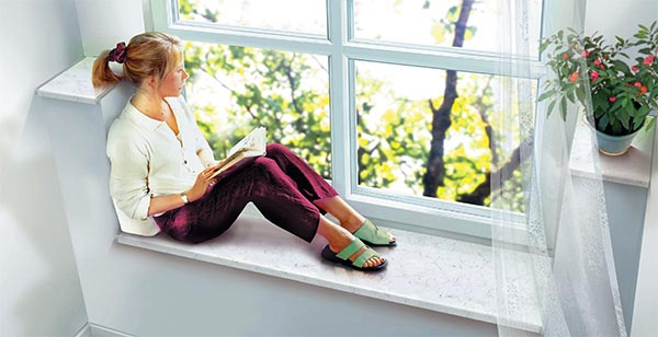 Девушка на подоконнике окна