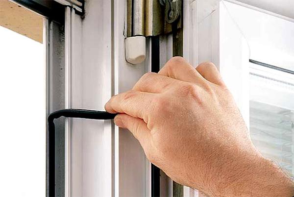 на фото - снятие уплотнительной резинки двери