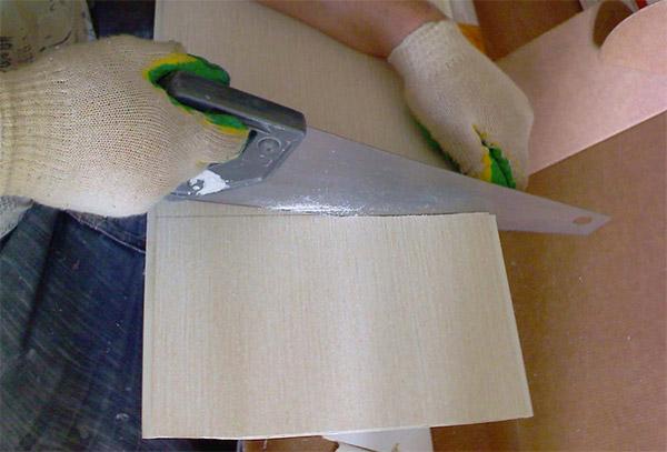 фото - режем пластиковую панель ножовкой