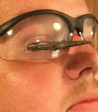 фото - очки спасли от осколка круга болгарки